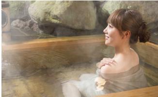 水素風呂に入る女性